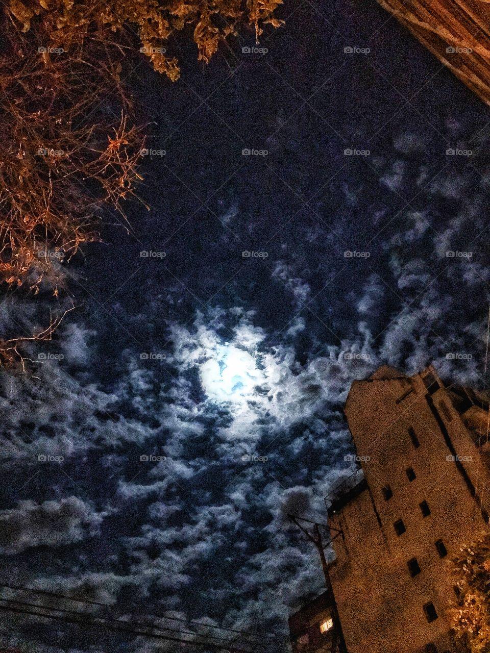 La luna llena cubierta de nubes en la noche de anoche. La misma presagiaba una lluvia que finalmente sucedió