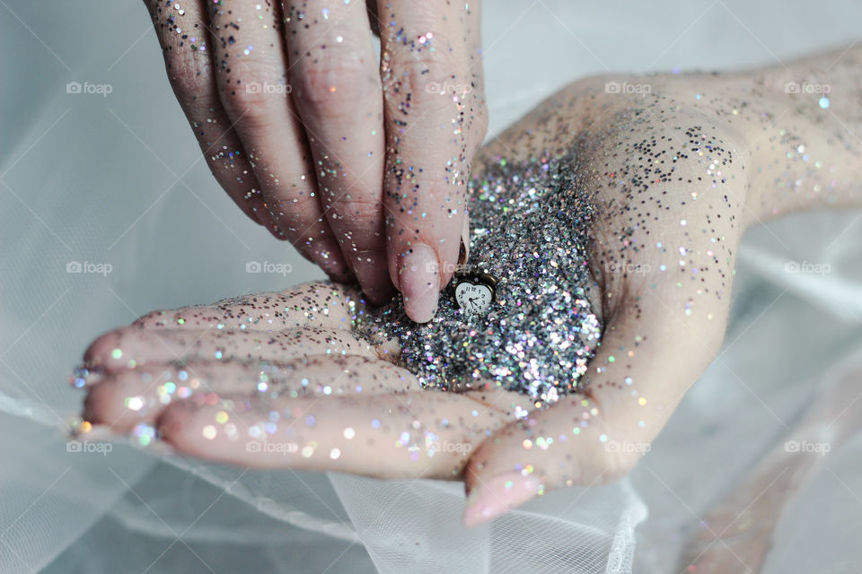 hand glitter clock time wait