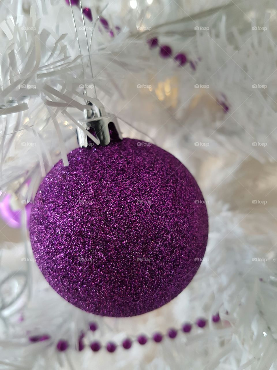 Lila Weihnachtskugel am Weihnachtsbaum