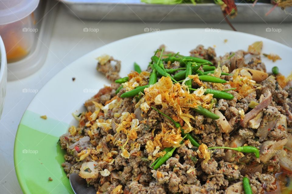 Spicy minced pork salad with fried garlic