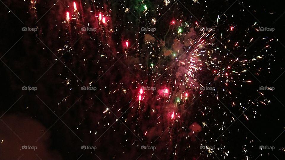 Show piromusical, pirotécnico. Queima de fogos, luzes, céu, noite.