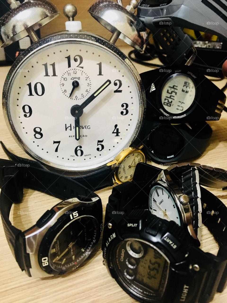 Muitos, muitos e muitos relógios. Que horas são?